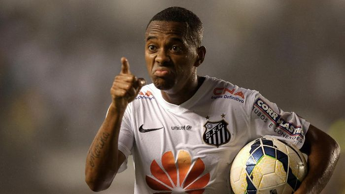 SANTOS, BRAZIL - NOVEMBER 05:  Robinho of Santos celebrates the second goal during the match between Santos and Cruzeiro for Copa do Brasil 2014 at Vila Belmiro Stadium on November 5, 2014 in Santos, Brazil.  (Photo by Friedemann Vogel/Getty Images)
