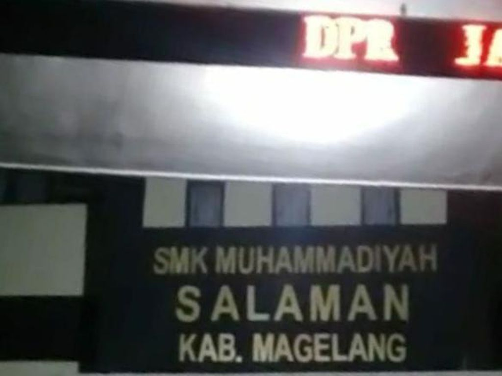 Video Running Text di Gerbang SMK Magelang Diretas Jadi Makian ke DPR