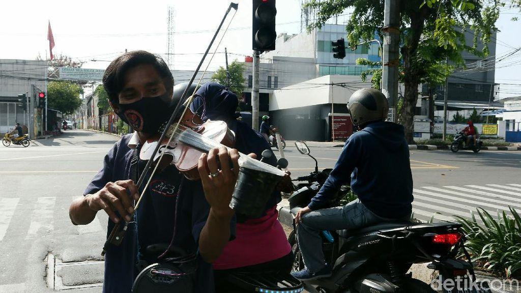 Aksi Pengamen Jalanan Hibur Masyarakat di Tengah Pandemi