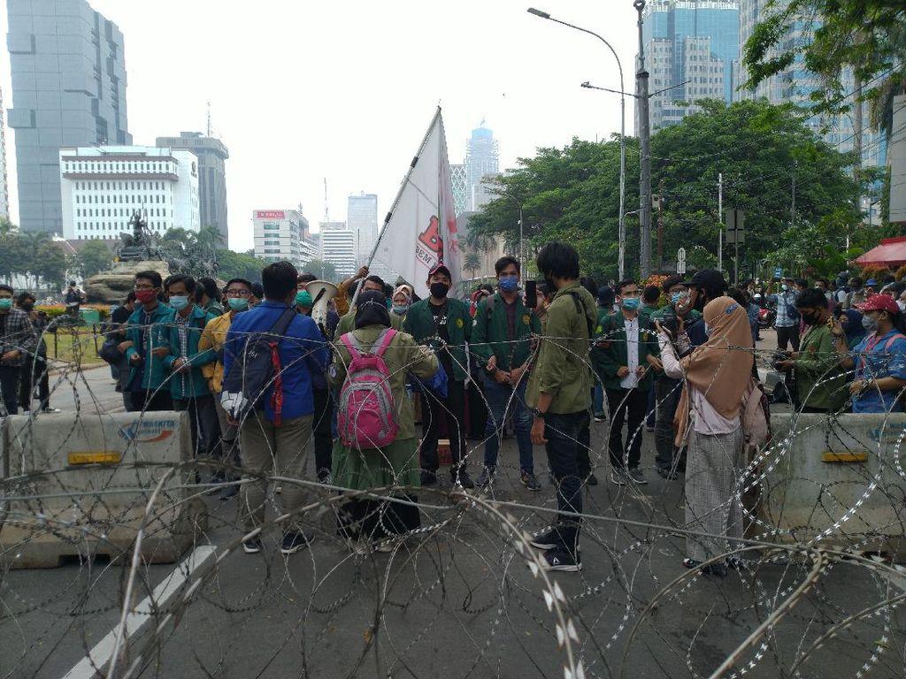 Mahasiswa Pendemo Tolak Omnibus Law Tiba di Bundaran Patung Kuda Jakarta