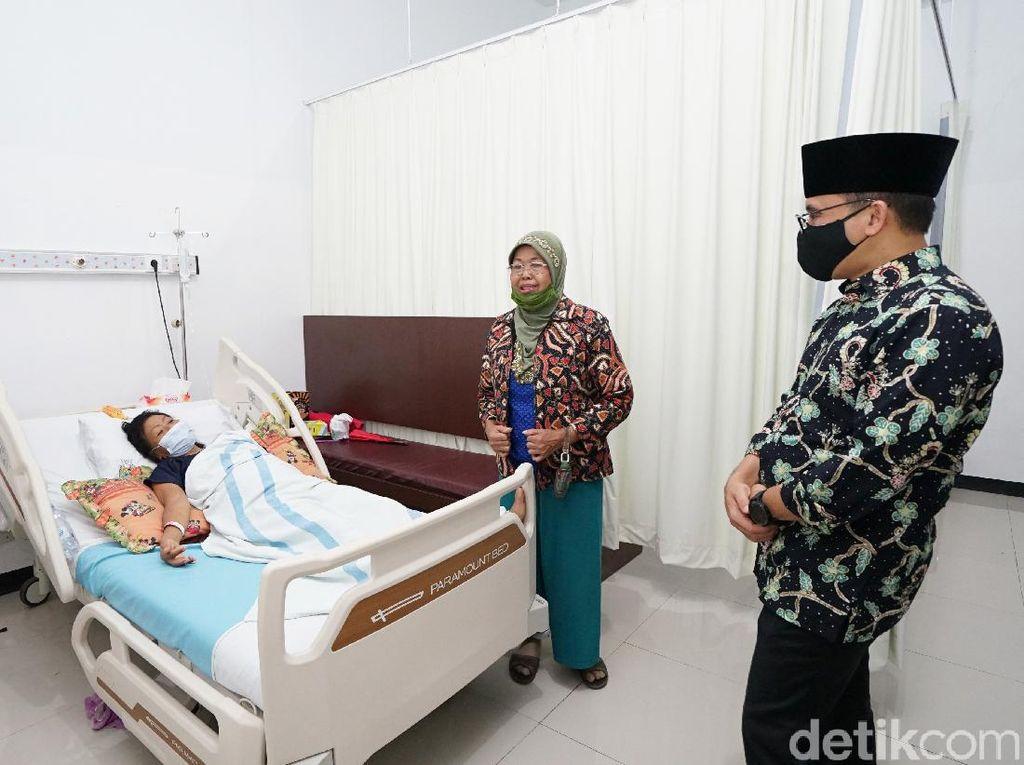 Besuk Maestro Gandrung Supinah, Bupati Anas Doakan Segera Sehat