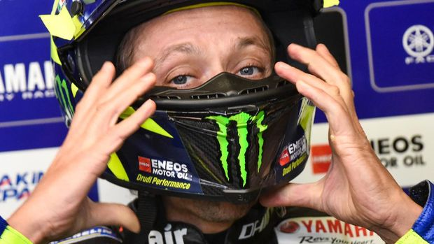 Yamaha's Italian rider Valentino Rossi adjusts his helmet in the pits during a free practice session ahead of the French MotoGP race on October 9, 2020 in Le Mans. (Photo by JEAN-FRANCOIS MONIER / AFP)