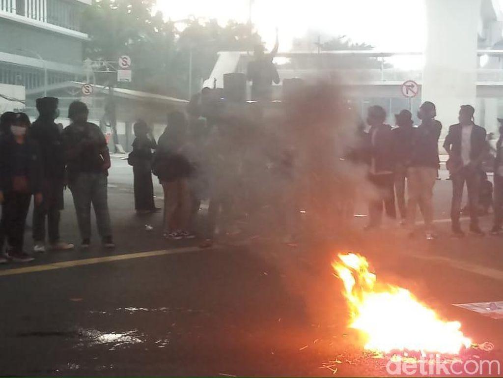 Massa Demo-Bakar Ban di Kolong Flyover Kuningan, Lalin Dialihkan