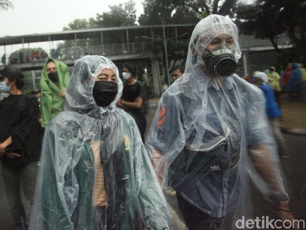 Video Massa Tolak Omnibus Law Bubar Diguyur Hujan Deras