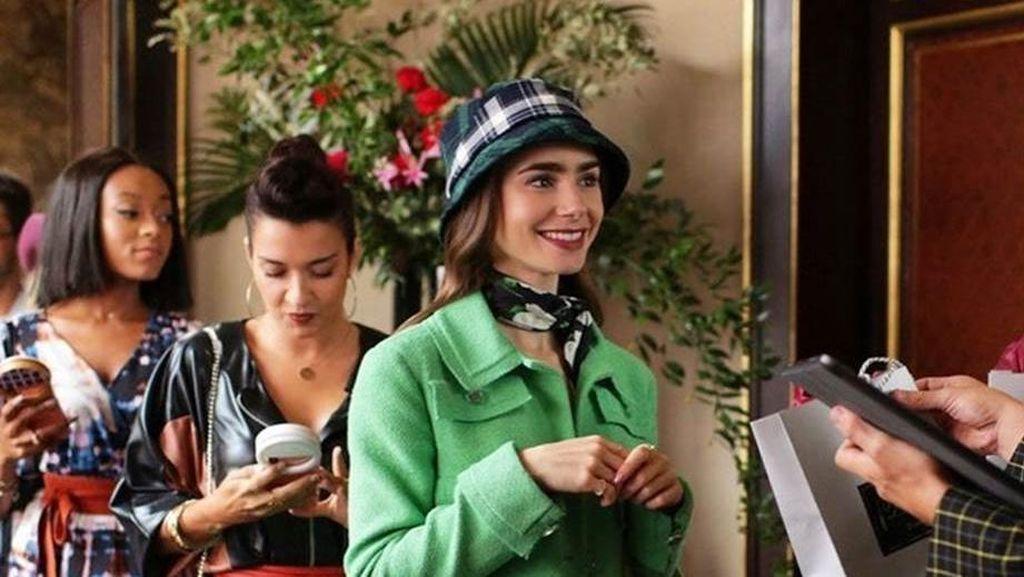 10 Gaya Terbaik Lily Collins Si Emily in Paris yang Bisa Jadi Inspirasi Kamu