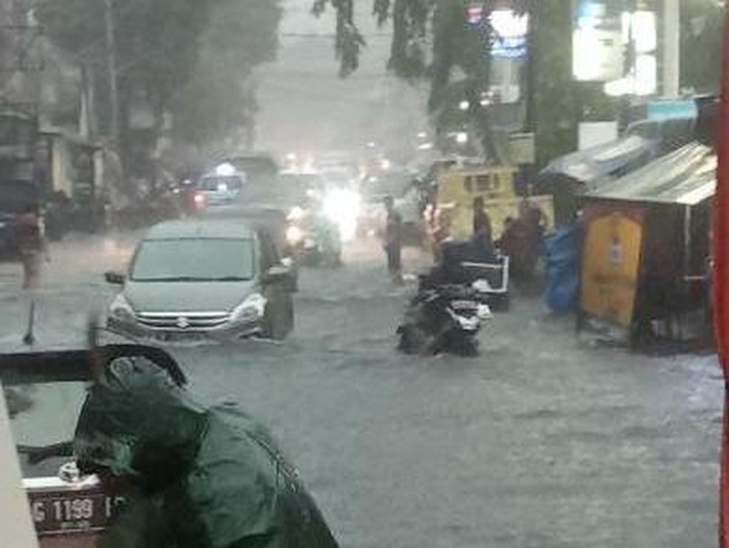 Rawasari Jaktim Tergenang Usai Diguyur Hujan Deras, Banyak Motor Mogok