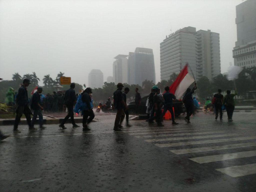 Hujan Guyur Patung Kuda, Massa Demo Tolak Omnibus Law Bubar