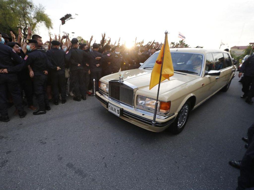2 Demonstran Didakwa Kekerasan pada Ratu Thailand, Terancam Vonis Mati