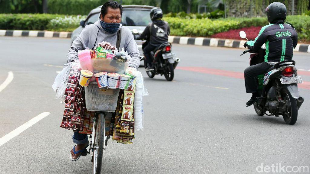 Jemput Rezeki, Pedagang Asongan Serbu Lokasi Demo Omnibus Law