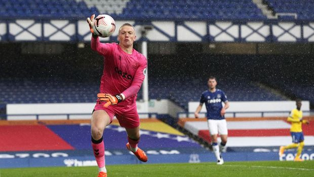 LIVERPOOL, ENGLAND - OCTOBER 03: Jordan Pickford of Everton controls the ball during the Premier League match between Everton and Brighton & Hove Albion at Goodison Park on October 03, 2020 in Liverpool, England. Sporting stadiums around the UK remain under strict restrictions due to the Coronavirus Pandemic as Government social distancing laws prohibit fans inside venues resulting in games being played behind closed doors. (Photo by Jan Kruger/Getty Images)