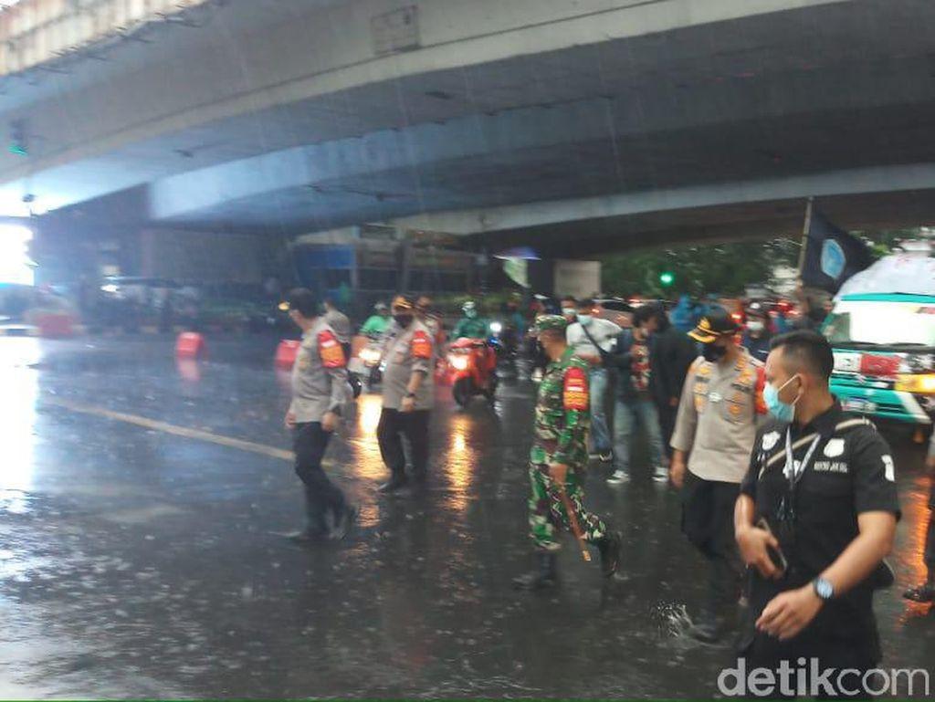 Hujan Turun, Massa yang Demo-Bakar Ban di Flyover Kuningan Jaksel Bubar