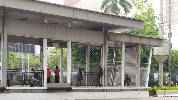 Marinir bersiaga di Halte TransJakarta Sarinah jelang demonstrasi mahasiswa menolak omnibus law, Jumat (16/10).
