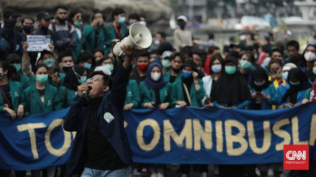 Massa yang tergabung dalam BEM SI melakukan aksi unjuk rasa menolak omnibus law di kawasan Medan Merdeka Barat, Jakarta, Jumat, 16 Oktober 2020. CNN Indonesia/Bisma Septalisma