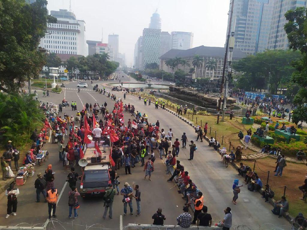 Massa SRMI Gabung dengan Mahasiswa Demo Tolak Omnibus Law di Patung Kuda