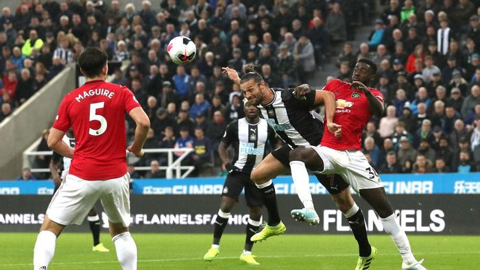 NEWCASTLE UPON TYNE, ENGLAND - OCTOBER 06: Andy Carroll of Newcastle United heads towards goal whilst under pressure from Axel Tuanzebe of Manchester United during the Premier League match between Newcastle United and Manchester United at St. James Park on October 06, 2019 in Newcastle upon Tyne, United Kingdom. (Photo by Ian MacNicol/Getty Images)