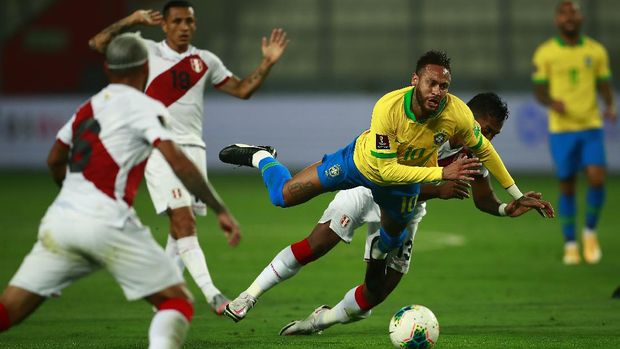 LIMA, PERU - OCTOBER 13: Neymar Jr. of Brazil is fouled by Renato Tapia of Peru during a match between Peru and Brazil as part of South American Qualifiers for Qatar 2022 at Estadio Nacional de Lima on October 13, 2020 in Lima, Peru. (Photo by Daniel Apuy/Getty Images)