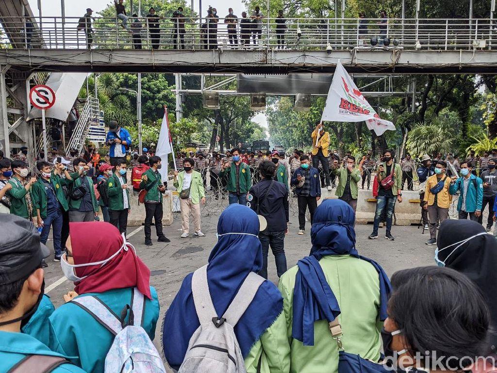 Demo Tolak Omnibus Law di Patung Kuda, Mahasiswa Aksi Teatrikal