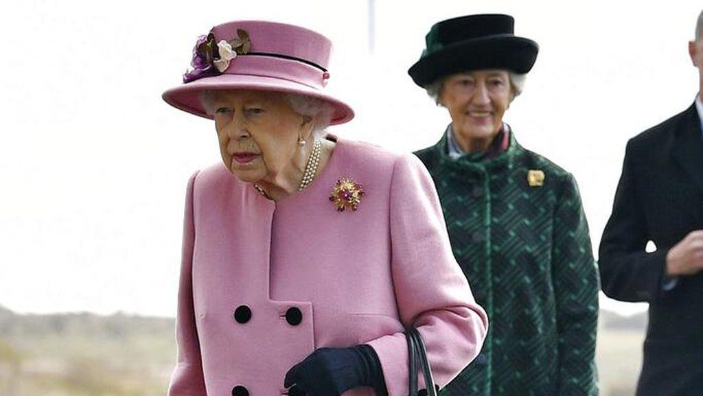 Foto: Ratu Elizabeth II Perdana Keluar Istana, Penampilannya Dikritik