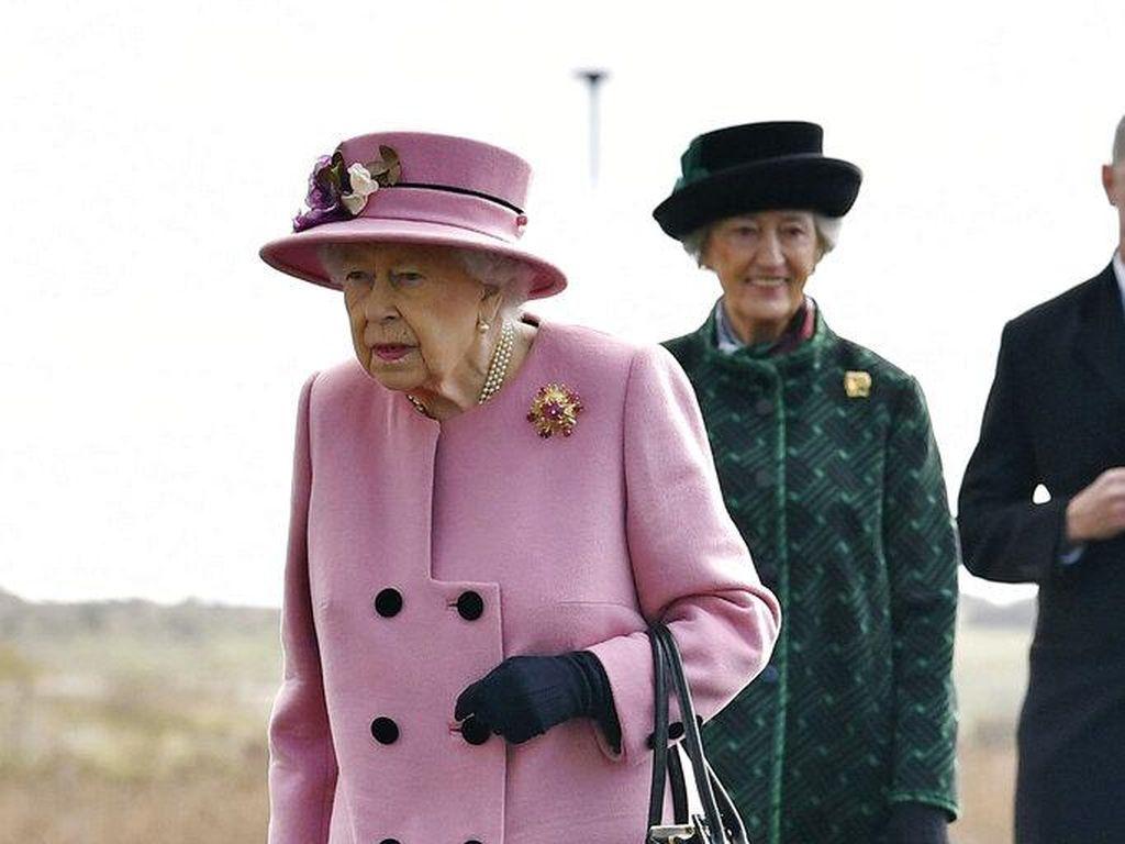 Tak Pakai Masker, Ratu Elizabeth II Muncul Usai 220 Hari Karantina