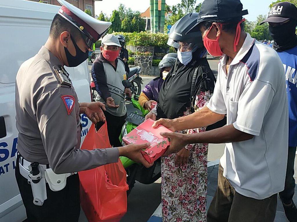 Cara Polisi Ngawi Dekatkan Diri Dengan Masyarakat di Saat Pandemi COVID-19