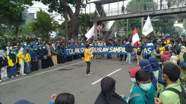 Situasi demonstrasi di Bundaran Patung Kuda Arjuna Wiwaha, Jakarta. Mereka menolak omnibus law UU Cipta Kerja.