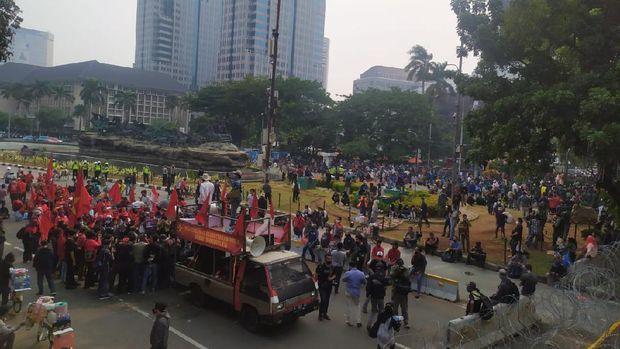 Suasana demonstrasi tolak omnibus law UU Cipta kerja dari atas JPO di Bundaran Patung Kuda Arjuna Wiwaha.