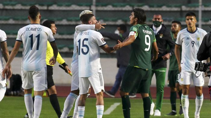 Bolivias Marcelo Martins, right, argues with Argentinas Rodrigo De Paul, 15, at the end of a qualifying soccer match for the FIFA World Cup Qatar 2022 in La Paz, Bolivia, Tuesday, Oct. 13, 2020. Argentina won 2-1.(Martin Alipaz/Pool via AP)
