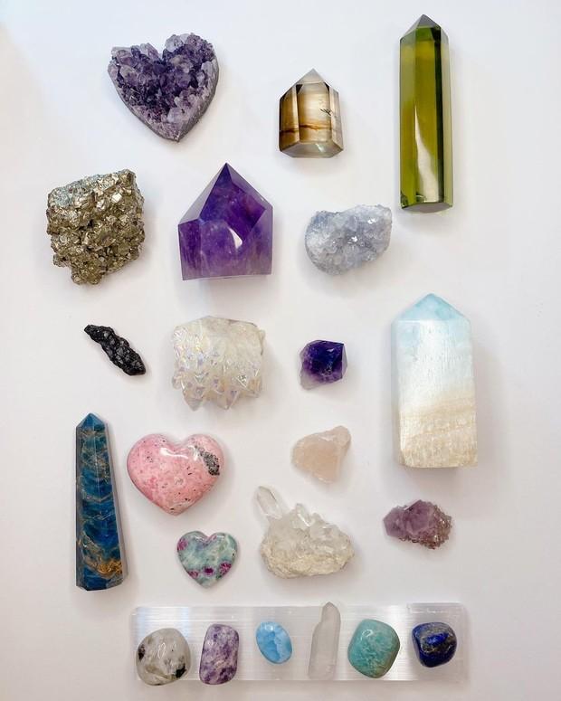 Influencer sekaligus penyiar ini diketahui mengoleksi beberapa jenis kristal seperti carribbean blue calcite, rose quartz, pyrite dan juga lainnya