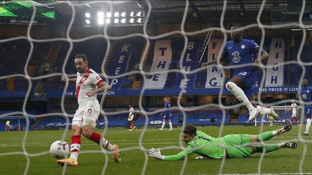 Southampton's Danny Ings scores the first goal during the English Premier League soccer match between Southampton and Chelsea at the Stamford Bridge in London, England, Saturday, Oct. 17, 2020.(Matthew Childs/Pool via AP)