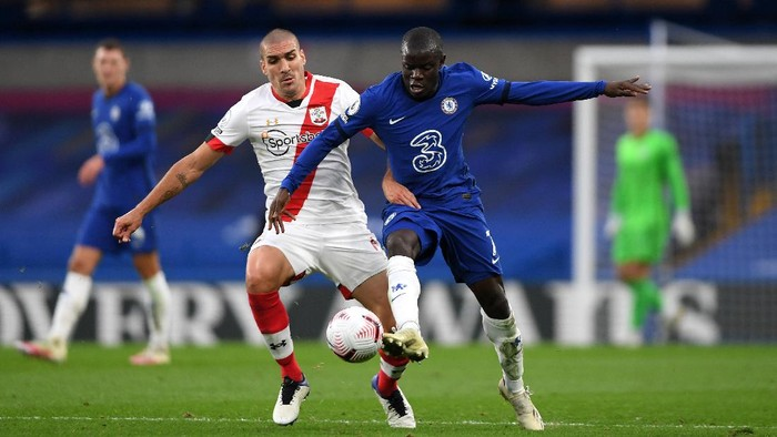 LONDON, ENGLAND - OCTOBER 17: NGolo Kante of Chelsea is challenged by Oriol Romeu of Southampton during the Premier League match between Chelsea and Southampton at Stamford Bridge on October 17, 2020 in London, England. Sporting stadiums around the UK remain under strict restrictions due to the Coronavirus Pandemic as Government social distancing laws prohibit fans inside venues resulting in games being played behind closed doors. (Photo by Mike Hewitt/Getty Images)