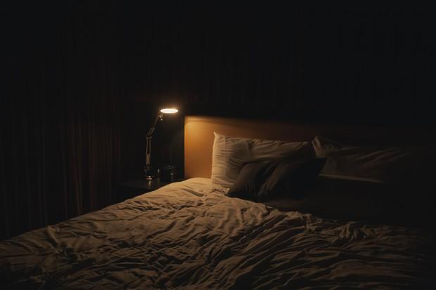 Lampu yang redup atau dimatikan ketika tidur, akan membantu kamu tidur lebih cepat.