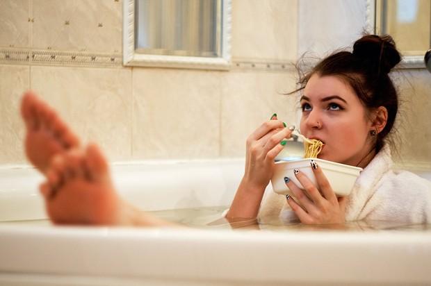 Hindari makanan yang berlemak di malam hari. Dan berikan rentang waktu 2-3 jam sebelum tidur agar mudah untuk dicerna.