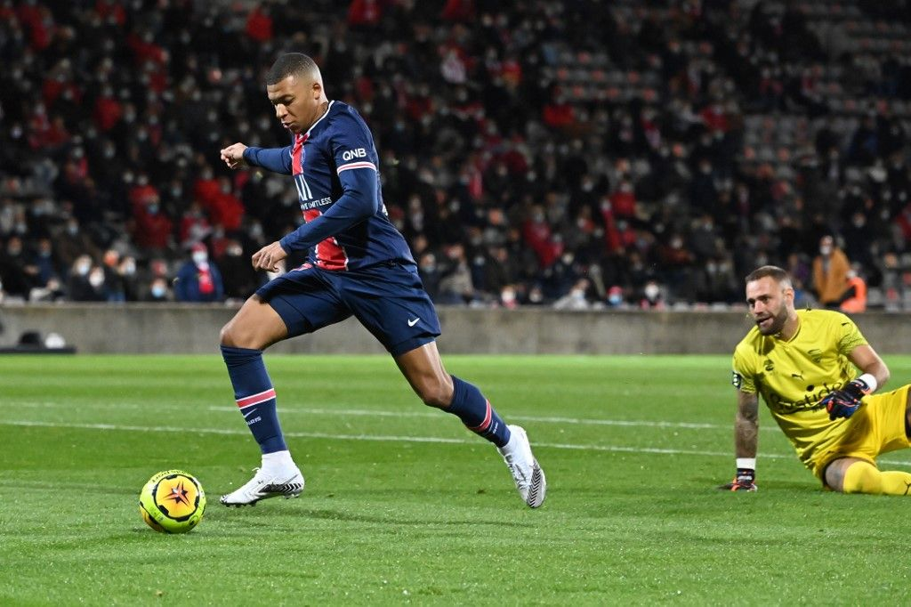 Paris Saint-Germain's French forward Kylian Mbappe (L) scores a goal past Nimes' French goalkeeper Baptiste Reynet during the French L1 football match between Nimes (NO) and Paris Saint Germain (PSG) at the Costieres Stadium in Nimes, southern France, on October 16, 2020. (Photo by Pascal GUYOT / AFP)