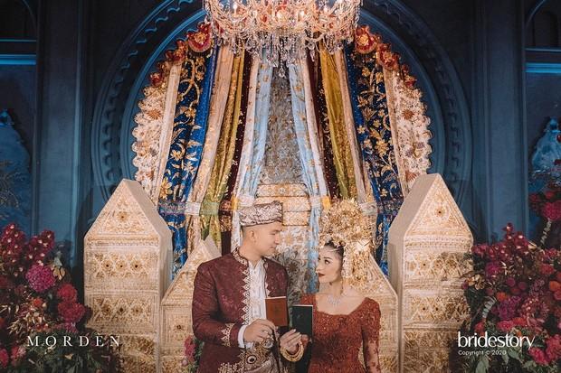 Prosesi akad nikah Nikita Willy dan Indra Priawan mengusung adat Minangkabau, Sumatera Barat, dan Lampung.
