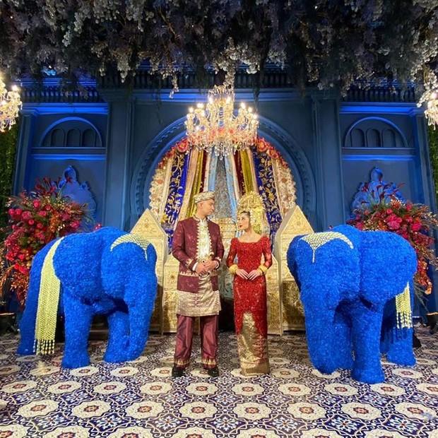 Dekorasi pernikahan Nikita Willy dan Indra Priawan menggabungkan budaya Minang dan Lampung yang tampak moderen juga elegan. Ditambah, kehadiran dua replika gajah berwarna biru yang semakin menambah kesan etnik Lampung.