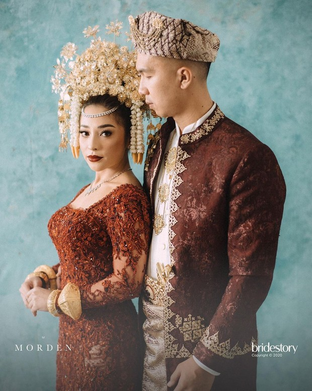 Nikita Willy dan Indra Priawan tampil serasi serta elegan mengenakan busana pengantin  adat Minangkabau, Sumatera Barat.