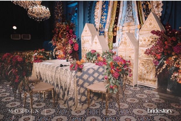 Meski di rumah, dekorasi pernikahan Nikita Willy dan Indra Priawan tampak mewah layaknya ballroom hotel bintang lima.