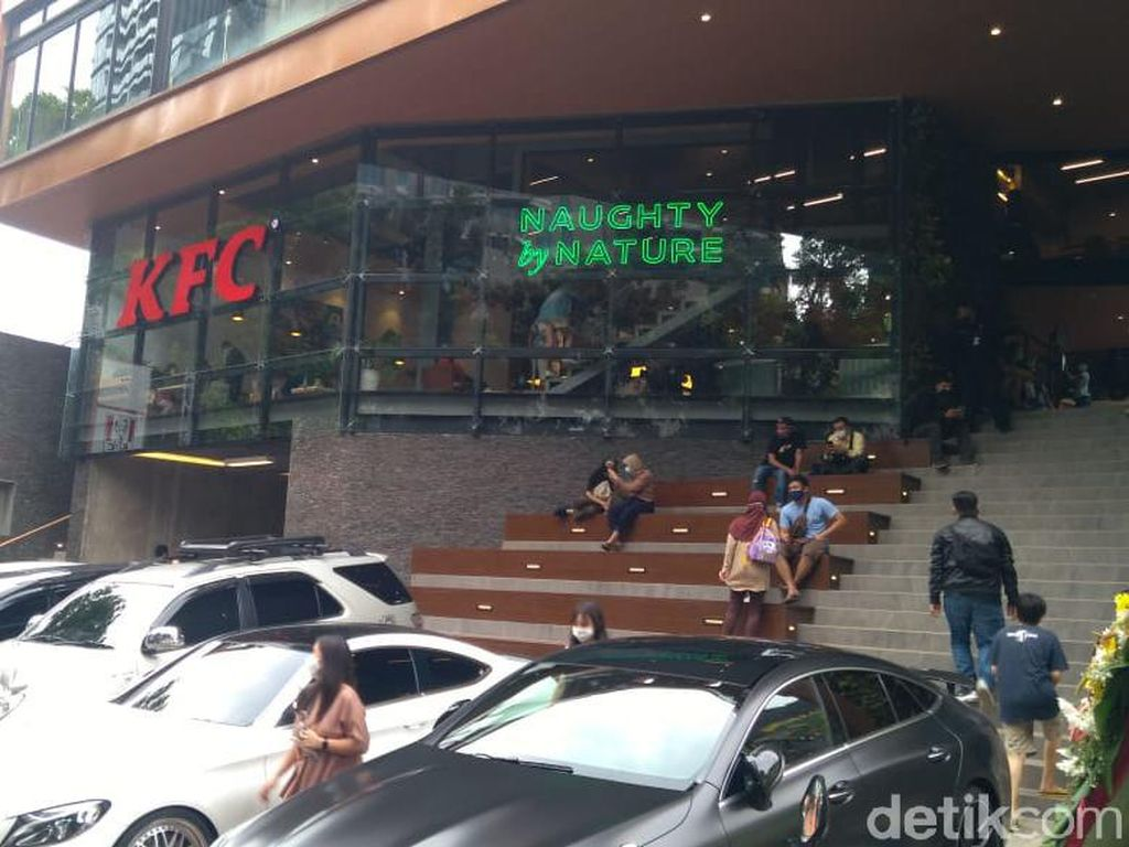 Priiit! KFC di Senopati Disanksi Tutup tapi Tetap Layani Pembeli