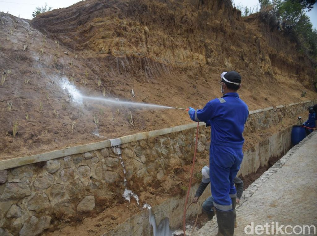 Cegah Longsor, Kabupaten Bandung Semprot Lereng Dengan Cairan Polimer
