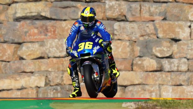 Suzuki Ecstar's Spanish rider Joan Mir rides during the first MotoGP free practice session of the Moto Grand Prix of Aragon at the Motorland circuit in Alcaniz on October 16, 2020. (Photo by JOSE JORDAN / AFP)