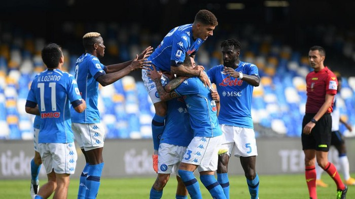 NAPLES, ITALY - OCTOBER 17: SSC Napoli players celebrate the 3-0 goal scored by Matteo Politano during the Serie A match between SSC Napoli and Atalanta BC at Stadio San Paolo on October 17, 2020 in Naples, Italy. (Photo by Francesco Pecoraro/Getty Images)
