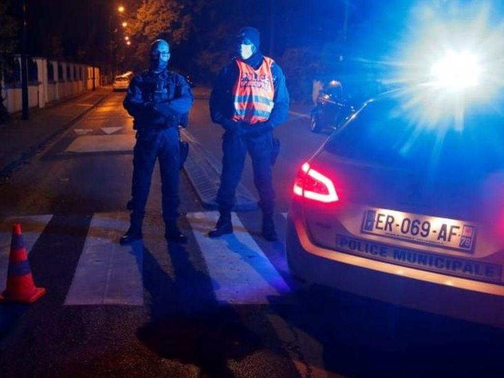Presiden Macron Sebut Pemenggalan Guru Prancis Serangan Teroris
