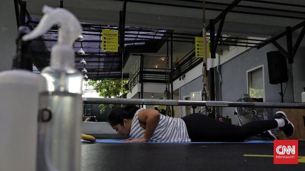 Sejumlah warga bersenam zumba di pusat kebugaran Bodyfit, Kemang, Jakarta, Sabtu, 17 Oktober 2020. Pemerintah Provinsi DKI Jakarta mengizinkan pusat kebugaran di Ibukota beroperasi kembali saat Pembatasan Sosial Berskala Besar (PSBB) transisi sejak Senin (12/10) dengan sejumlah ketentuan, di antaranya maksimal hanya 25 persen dari total kapasitas dan wajib menerapkan SOP protokol kesehatan secara ketat pada area publik yang dipakai bersama-sama. CNN Indonesia/ Adhi Wicaksono