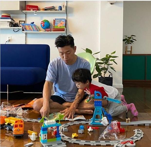 Foto kang gary dan anaknya Hao saat di rumah