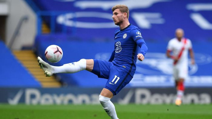 LONDON, ENGLAND - OCTOBER 17: Timo Werner of Chelsea controls the ball during the Premier League match between Chelsea and Southampton at Stamford Bridge on October 17, 2020 in London, England. Sporting stadiums around the UK remain under strict restrictions due to the Coronavirus Pandemic as Government social distancing laws prohibit fans inside venues resulting in games being played behind closed doors. (Photo by Ben Stansall - Pool/Getty Images)