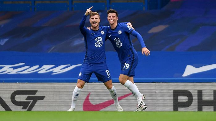 LONDON, ENGLAND - OCTOBER 17: Timo Werner of Chelsea celebrates with teammate Mason Mount after scoring his sides second goal during the Premier League match between Chelsea and Southampton at Stamford Bridge on October 17, 2020 in London, England. Sporting stadiums around the UK remain under strict restrictions due to the Coronavirus Pandemic as Government social distancing laws prohibit fans inside venues resulting in games being played behind closed doors. (Photo by Mike Hewitt/Getty Images)
