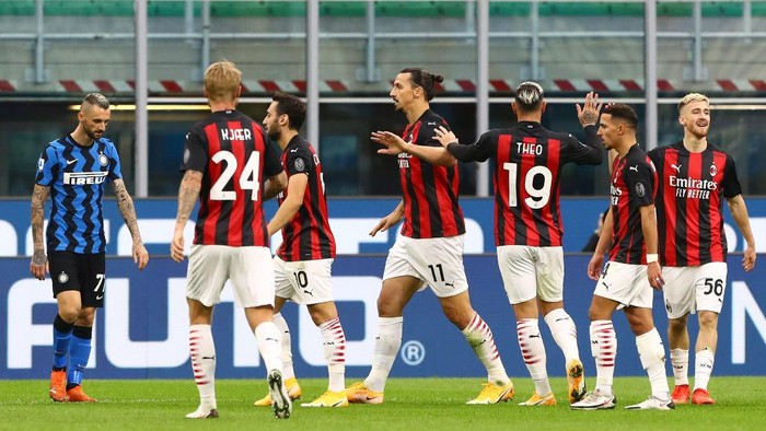 MILAN, ITALY - OCTOBER 17:  Zlatan Ibrahimovic (C) of AC Milan celebrates his second goal with his team-mates during the Serie A match between FC Internazionale and AC Milan at Stadio Giuseppe Meazza on October 17, 2020 in Milan, Italy.  (Photo by Marco Luzzani/Getty Images)