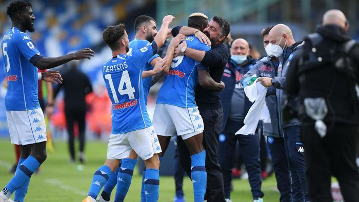 NAPLES, ITALY - OCTOBER 17: SSC Napoli players celebrate the 4-0 goal scored by Victor Osimhen with their coach Gennaro Gattuso during the Serie A match between SSC Napoli and Atalanta BC at Stadio San Paolo on October 17, 2020 in Naples, Italy. (Photo by Francesco Pecoraro/Getty Images)