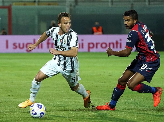 CROTONE, ITALY - OCTOBER 17: Arthur of Juventus competes for the ball with Junior Messias of FC Crotone during the Serie A match between FC Crotone and Juventus at Stadio Comunale Ezio Scida on October 17, 2020 in Crotone, Italy. (Photo by Getty Images/Getty Images)