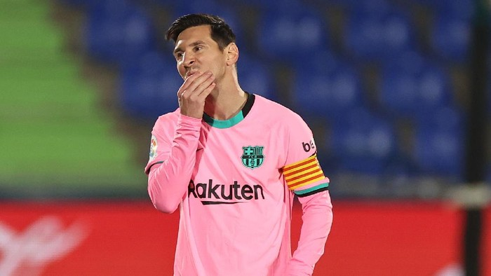 GETAFE, SPAIN - OCTOBER 17: Lionel Messi of Barcelona reacts to Getafe CF scoring their first goal during the La Liga Santader match between Getafe CF and FC Barcelona at Coliseum Alfonso Perez on October 17, 2020 in Getafe, Spain. (Photo by Angel Martinez/Getty Images)